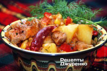Выложить мясо с кукурузой в тарелки