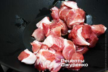 Обжарить свинину в воке