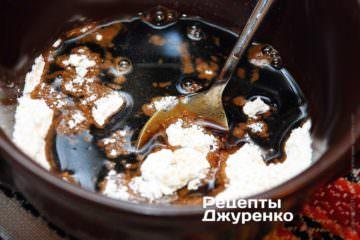 Развести муку соевым соусом и водой