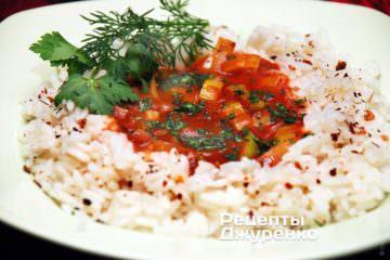 Выложить рис на тарелку