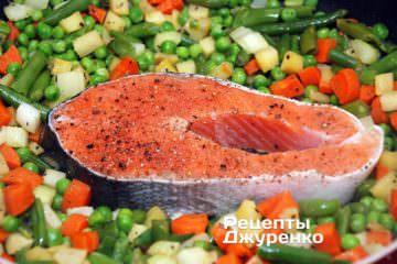 Выложить к овощам стейк семги