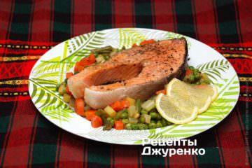 Выложить овощи и рыбу на тарелку