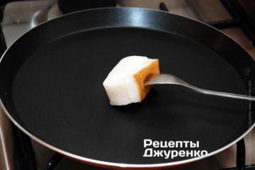 Смазать горячую сковородку кусочком сала