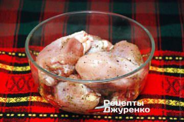 Куриное мясо посыпать специями