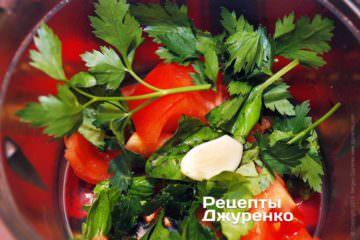 Измельчить помидор, зелень и чеснок