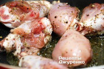 Выложить в масло подготовленные куриные голени