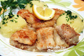 Выложить рыбу, пюре и лук на тарелки