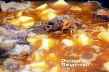 Коли яловичі ребра готові, додати нарізану картоплю