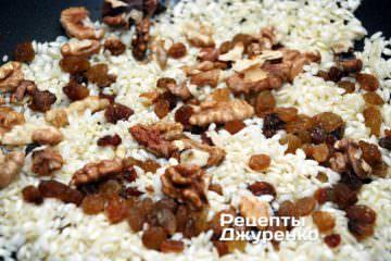 Добавить орехи и изюм