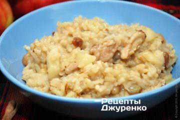 Разложить рис с яблоками в тарелки