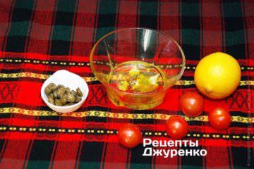 Смешать оливковое масло, лимоный сок и специи