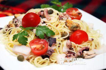 Подавати спагетті гарячими або трохи остиглими
