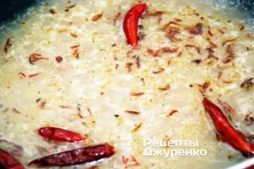 Варити гострий рис під кришкою