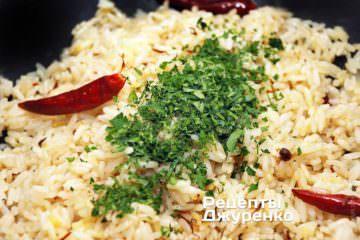 Перемешать рис с зеленью