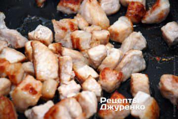 Обжариваем мясо до появления золотистой корочки