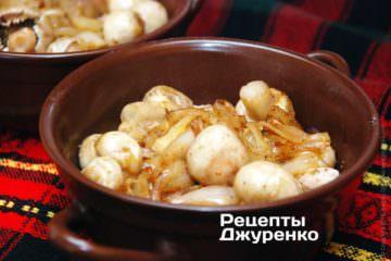 Сверху выложить лук и грибы