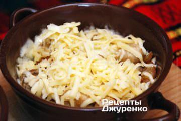 Посыпать мясо натертым сыром