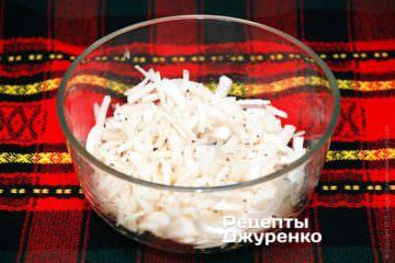 Нарезанный лук залить 1 ст.л. виноградного уксуса