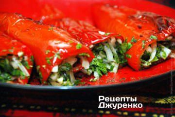 Начинить перцы смесью маринованного лука и зелени