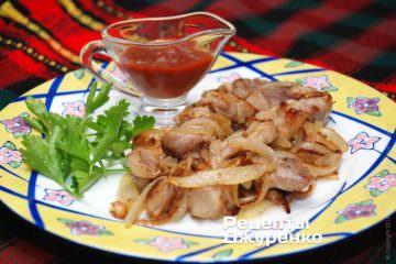 Свинина з цибулею готова по готовності смаженої цибулі