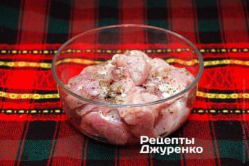 Поставить свинину со специями в холодильник