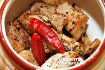 Розкласти м'ясо в керамічні горщики