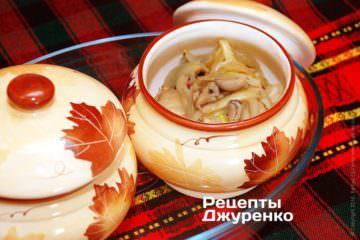 Разложить грибы и лук поровну в горшочки