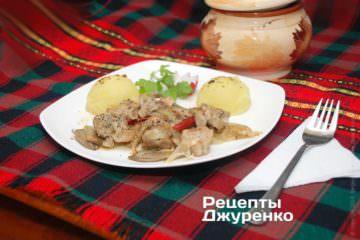 Жаркое с грибами можно подавать в порционных горшочках