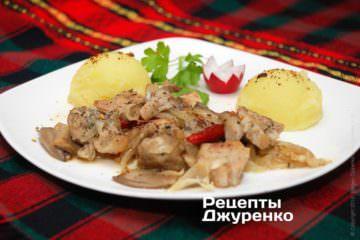 Фото к рецепту: жаркое с грибами и луком