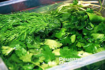 Залить зелень холодной водой