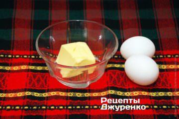 Яйця і масло для соусу