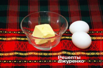 Яйца и масло для соуса