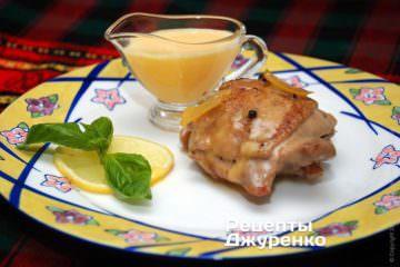 выложить курицу на тарелки