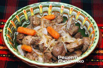 Выложить в форму половину мяса и печени