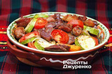 Свинину з овочами запекти в духовці