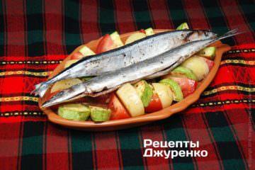 Поверх овощей выложить подготовленные тушки рыбы