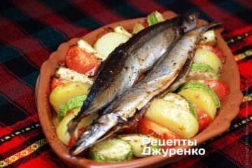 Подається риба запечена на керамічному плато