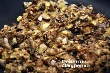 Жарить нарезанные грибы