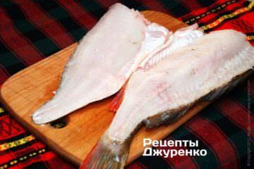 Острым большим ножом врезать филе со шкурой с позвоночника