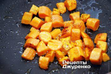 Обжарить морковку на оливковом масле до румяного оттенка