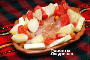 Выложить рыбу и овощи на плато