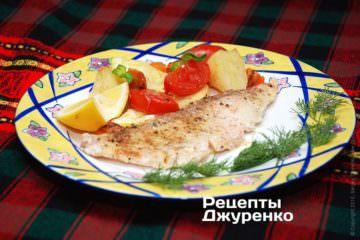 Выложить филе на тарелку, добавить гарнир из овощей