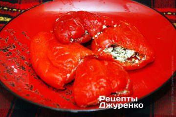 Начинить перцы сырной смесью
