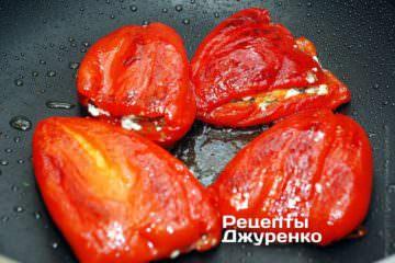 Обжарить фаршированные перцы