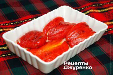 Сложить перцы в керамическую или стеклянную посуду.