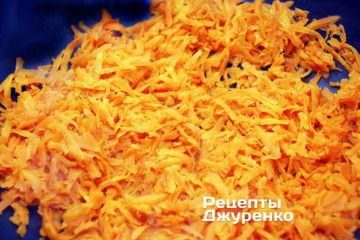 Обжарить морковку