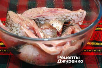 Шматочки риби скласти в миску