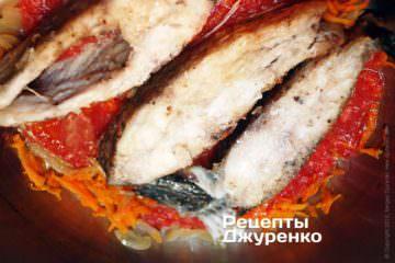 Выложить в один слой овощи затем рыбу