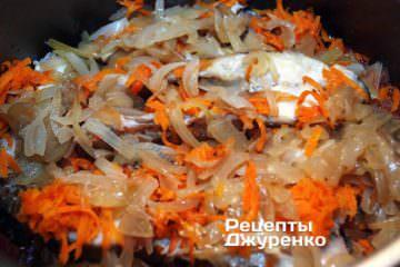 слоями выкладывать куски рыбы, жареные овощи
