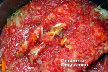 Тушить рыбу под крышкой на слабом огне